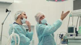 Chirurgen besprechen etwas auf Monitor stock footage