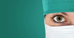 Chirurgen dicht omhoog geschoten met groene backgound Stock Afbeeldingen