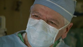 Chirurgen, die chirurgische Aufgaben durchführen (2 von 10) stock footage
