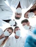 Chirurgen, die hinunter geduldiges Krankenhaus schauen lizenzfreie stockbilder