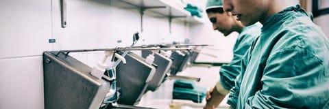 Chirurgen, die ihre Hände waschen lizenzfreie stockbilder
