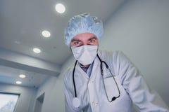 Chirurgen, die unten dem Patienten wird fertig zur dringenden Chirurgie betrachten lizenzfreie stockfotos