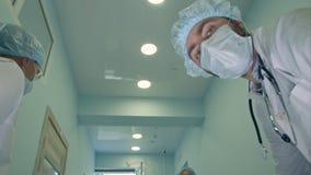 Chirurgen, die unten dem Patienten wird fertig zur dringenden Chirurgie betrachten Lizenzfreie Stockbilder