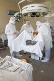 Chirurgen op het werk royalty-vrije stock afbeelding