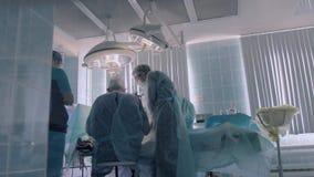 Chirurgen sind mit der Ausführung der Operation beschäftigt stock video