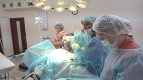 Chirurgen team das Arbeiten mit Überwachung des Patienten im chirurgischen Operationsraum Operation unter Verwendung der laparosc lizenzfreie stockfotos