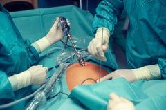 Chirurghi che lavorano ad un paziente immagine stock