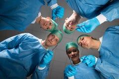 Chirurghi con gli strumenti medici che esaminano macchina fotografica Fotografia Stock