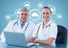 Chirurghi con il computer portatile contro fondo digitalmente generato fotografie stock libere da diritti