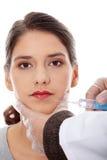 Chirurghi di plastica che danno l'iniezione del botox Fotografia Stock
