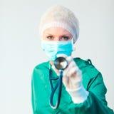 Chirurgholding stethescope außerhalb Lizenzfreie Stockbilder