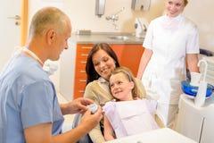 Chirurgia del dentista di chiamata del bambino con la madre Fotografie Stock