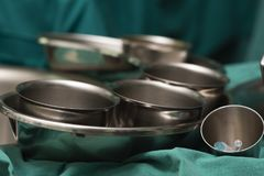 Chirurgicznie filiżanki na chirurgicznie stole i tace Fotografia Stock