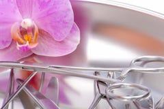 Chirurgicznie instrumentów orchidei zakończenia widok Obrazy Stock