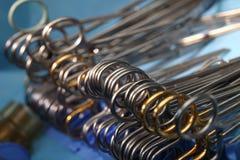 Chirurgicznie narzędzia na bezpłodny stołowym przygotowywającym dla operacja procesu zdjęcia stock