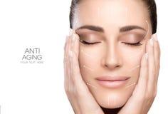 Chirurgie et concept anti-vieillissement Femme de station thermale de visage de beauté images stock