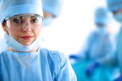 Chirurgie femelle dans la salle d'opération Photo stock