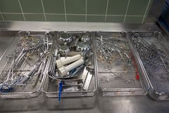 Chirurgieinstrumente bei der Wiederaufbereitung lizenzfreies stockfoto