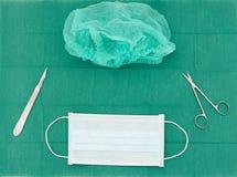 Chirurgiemateriaal, masker, schaar, mes, bladhouder, haar GLB  stock fotografie