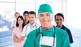 Chirurgien aîné restant avec ses collègues Photographie stock
