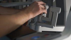 Chirurgien actionnant la machine robotique de chirurgie, d'une façon minimum DA envahissant Vinci System clips vidéos