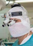 Chirurgien avec le bandeau binoculaire image stock