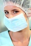 Chirurgien avec un masque image stock