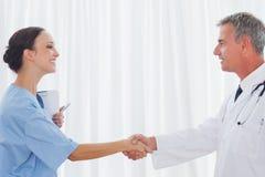 Chirurgien et docteur se serrant la main Photo stock
