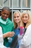 Chirurgien et infirmières examinant un rayon X photos stock
