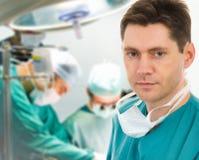 Chirurgien mâle avec son équipe Image stock