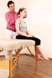 Chirurgien orthopédique avec un patient dans le traitement Photographie stock