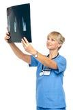 Chirurgien orthopédique retardant le rayon X pour analyser image libre de droits