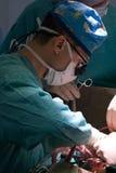 Chirurgien pédiatrique au travail images libres de droits