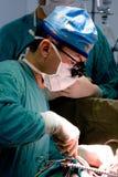 Chirurgien travaillant Image libre de droits