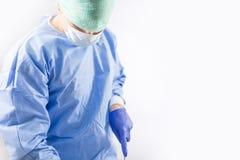 Chirurgien travaillant dans une salle d'opération d'hôpital images stock