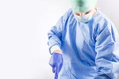 Chirurgien travaillant dans une salle d'opération d'hôpital photo libre de droits
