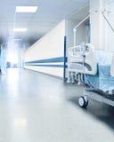 Chirurgisch bed in de gang van het ziekenhuis dichtbij verrichtingsruimte Stock Afbeelding