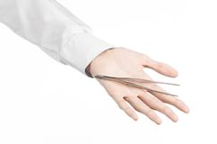 Chirurgisch en Medisch thema: het pincet van de de handholding van een arts op witte achtergrond in studio wordt geïsoleerd die Stock Afbeeldingen