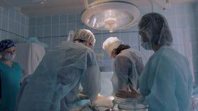 Chirurgisch team in proces van chirurgie van reimplantation stock video