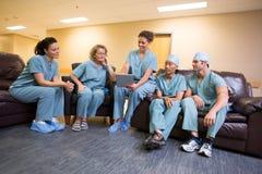 Chirurgisch Team in Zitkamer stock afbeeldingen