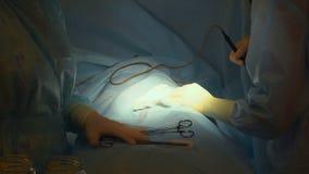 Chirurgisch verrichtingsclose-up De arts doet chirurgie op een mens Chirurgiekliniek stock video