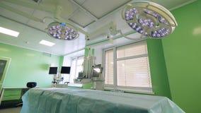 Chirurgische Einheit mit einem Bett und arbeitenden Lampen stock video