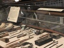 Chirurgische Instrumente angezeigt in den Pitt-Flüssen Museum, Oxford, Großbritannien stockfotografie