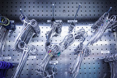 Chirurgische Instrumente im Edelstahl-Kabinett Stockfoto