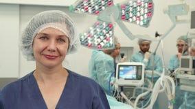 Chirurgische Krankenschwester zeigt sich ihren Daumen stockfoto