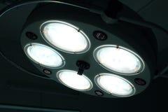 Chirurgische Lampe im Operationsraum stockbild