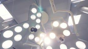 Chirurgische lampen die omhoog in het plafond hangen stock videobeelden
