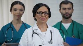 chirurgo Alto-qualificato, infermieri pronti ad aiutare i pazienti, gruppo di medici professionale stock footage