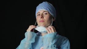 Chirurgo che decolla la loro maschera 1080p archivi video