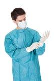 Chirurgo che indossa i guanti chirurgici Immagine Stock